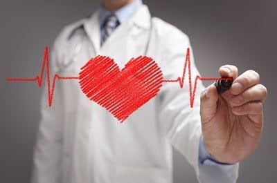 doktor rysujący serce - zbliżenie