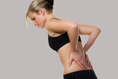 Kobieta skarżąca się na ból pleców w okolicy nerek