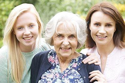 uśmiechnięte kobiety w rożnym wieku - zbliżenie