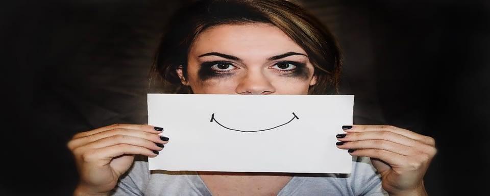 depresja - kobieta zasłaniająca kartką twarz