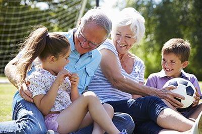 dziadkowie z wnukami w ogrodzie