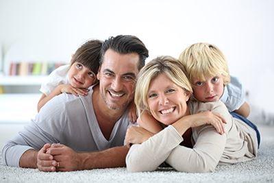 szczęśliwa rodzina z dziećmi