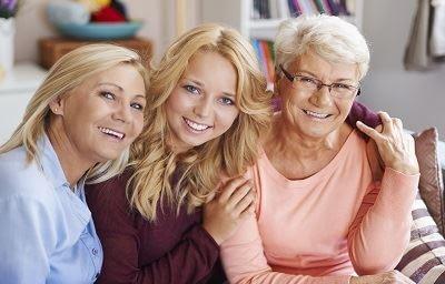 uśmiechnięte kobiety w różnym wieku - zbliżenie
