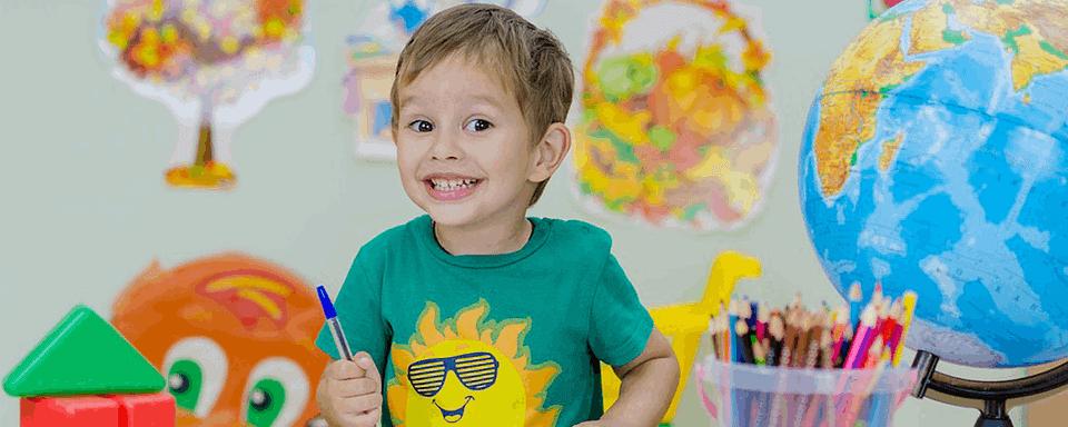 Uśmiechnięte dziecko w kolorowym pokoju