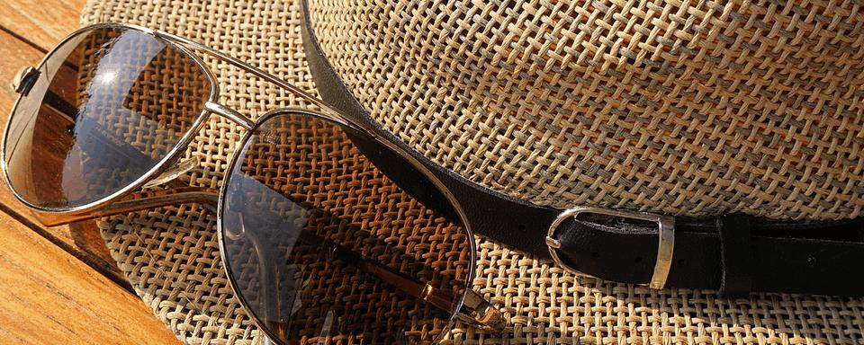 słomiany kapelusz z okularami przeciwsłonecznymi