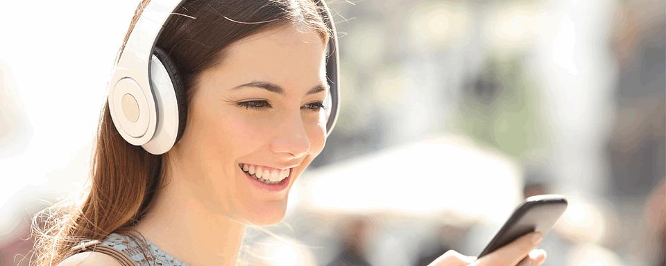 kobieta słuchająca muzyki w słuchawkach - poradnik słuch BetaMed